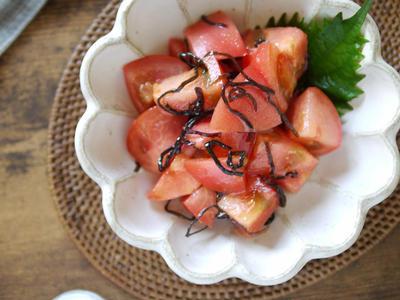 >超簡単|味付け不要|切って和えるだけ|旨味の増強 2大グルタミン酸|【トマトと塩昆布のサラダ】 by SHIMAさん