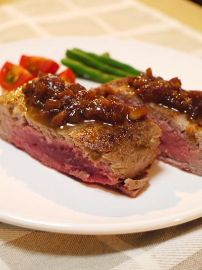マグロのステーキ・炒めタマネギワイン煮ソース