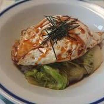 半月卵とレタスのソース丼