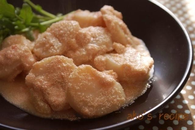 黒いお皿に盛られたホタテの明太子バター焼き