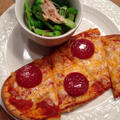 ナンのトーストピザ、ブロッコリーとササミのピリ辛和え。