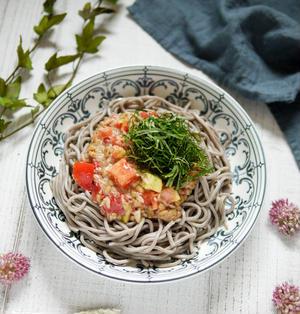 お肌にいい食材レシピ【トマトと納豆と大葉のぶっかけそば】