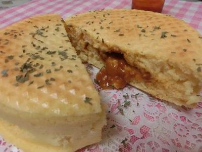 中からカレーミートソースとチーズがとろ~り♪ シリコン型でパンケーキ