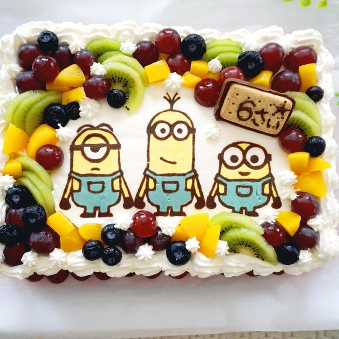ミニオンズのキャラチョコがのったバースデーケーキ